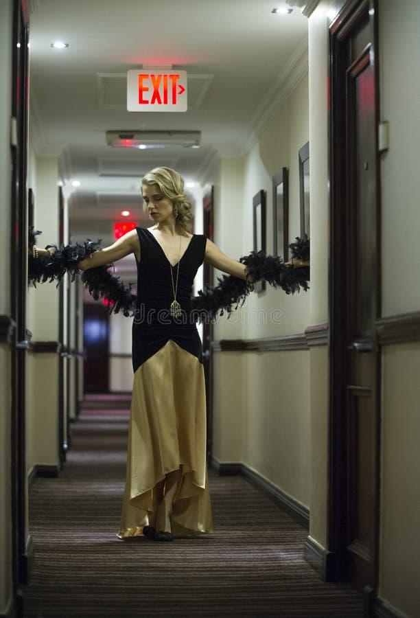Sexig blond kvinna som poserar i hotellhall royaltyfri fotografi
