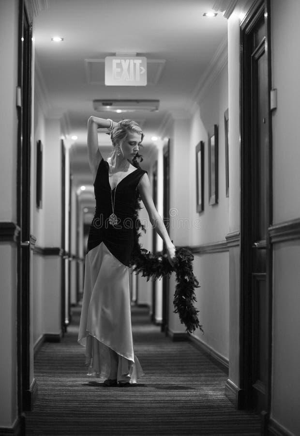 Sexig blond kvinna som poserar i hotellhall fotografering för bildbyråer