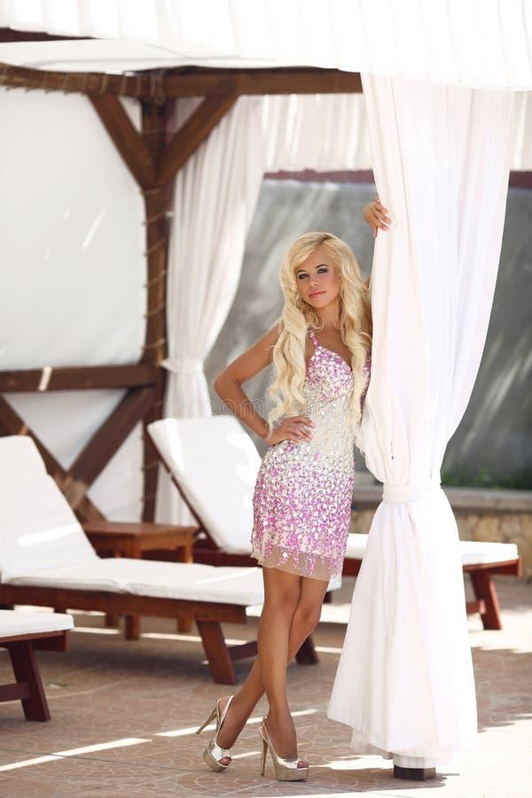 Sexig blond modellkvinna för härligt mode med långt krabbt hår in royaltyfri foto