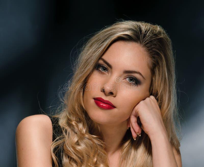 Sexig blond modellstående royaltyfri foto