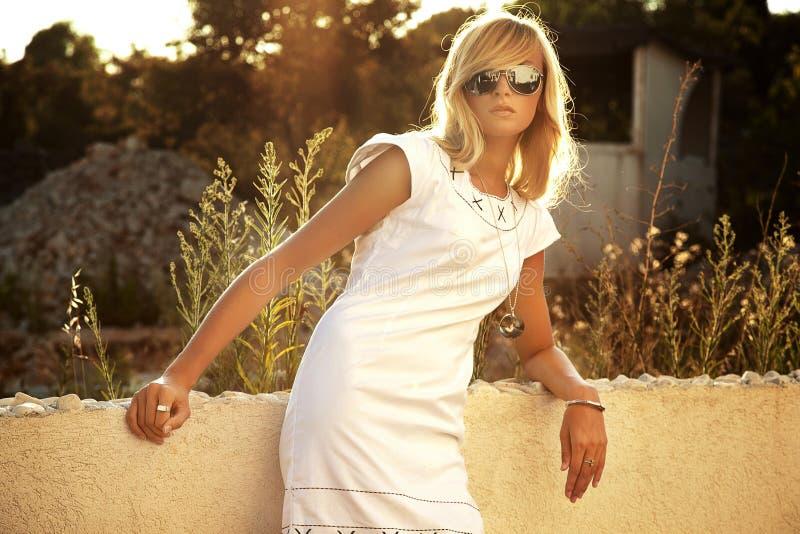 sexig blond stående arkivbild