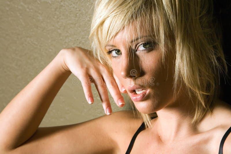 sexig blond trendig flicka fotografering för bildbyråer
