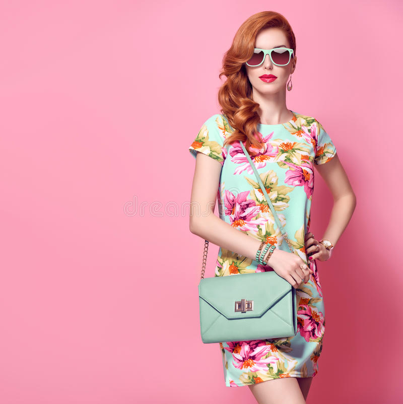 Sexig BlondLuxury kvinnastående Sexig stilfull rödhårig manmodell för glamour royaltyfria bilder