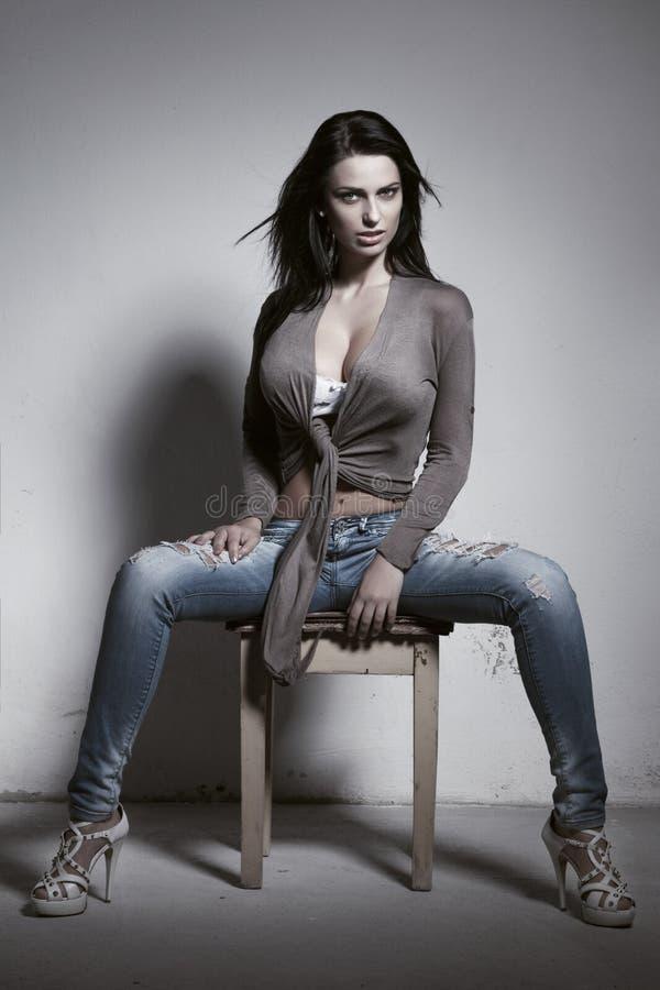 Sexig brunettkvinna med enorma klantskallar arkivfoton
