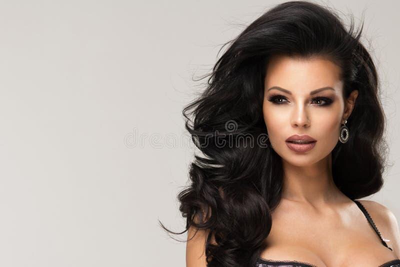 Sexig brunettkvinna som poserar i trendig damunderkläder i studio royaltyfri bild