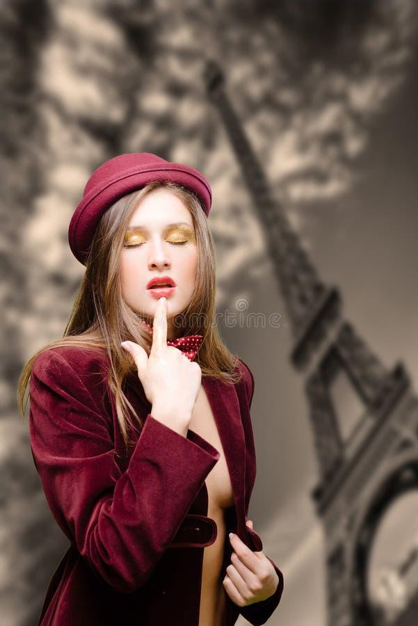 Sexig dam som trycker på hennes haka med stängda ögon över royaltyfri fotografi
