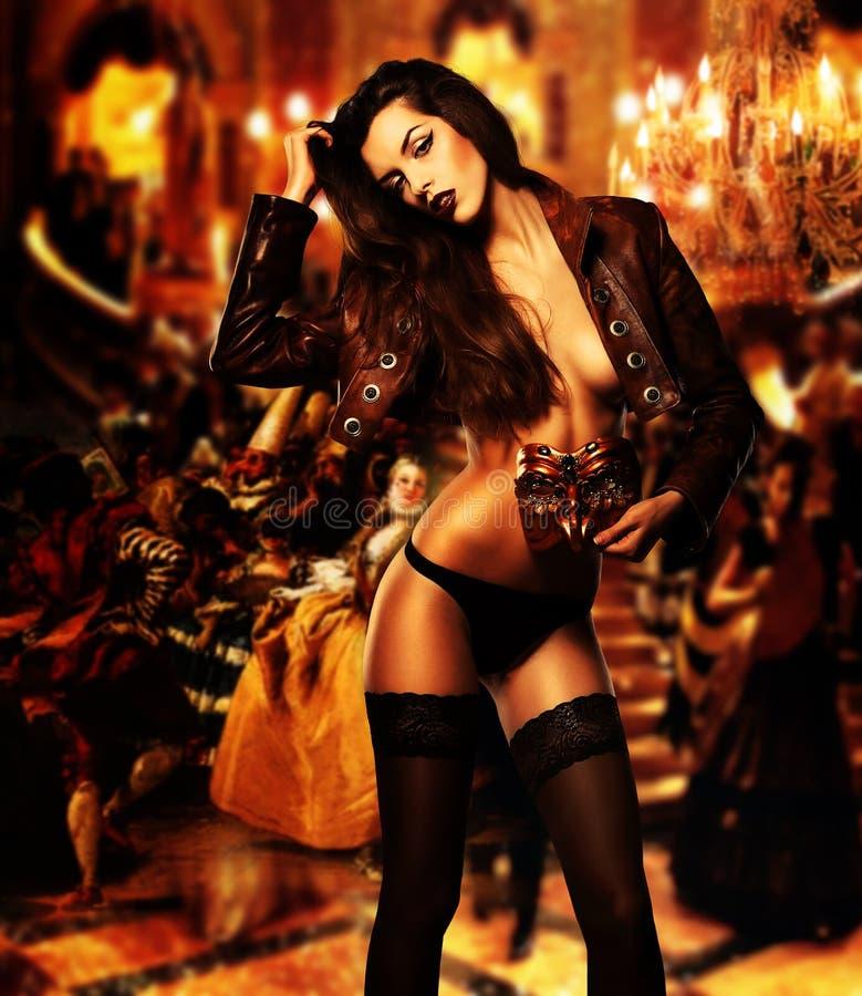 Sexig erotisk kvinna med maskeringen arkivbild