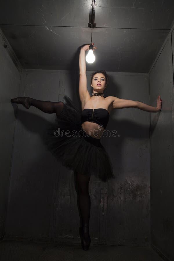 Sexig fetischballerina i metallrum arkivbild
