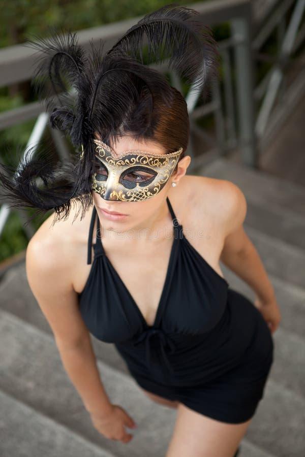 Sexig flicka i den venetian maskeringen arkivbild
