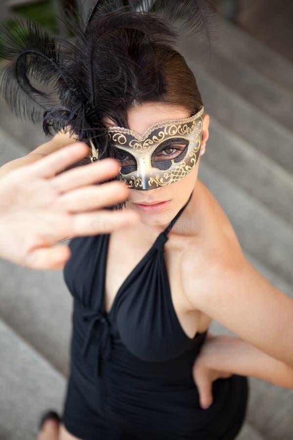 Sexig flicka i den venetian maskeringen royaltyfri bild