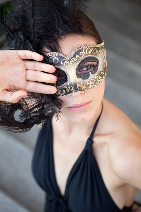 Sexig flicka i den venetian maskeringen arkivfoto