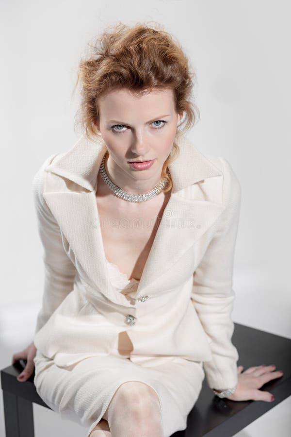 Sexig flicka i en affärsdräkt royaltyfri fotografi