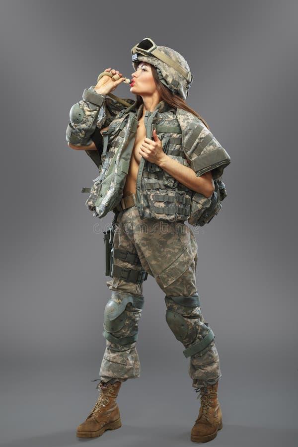 Sexig flicka i form av en soldat av den amerikanska uppdelningen arkivfoton
