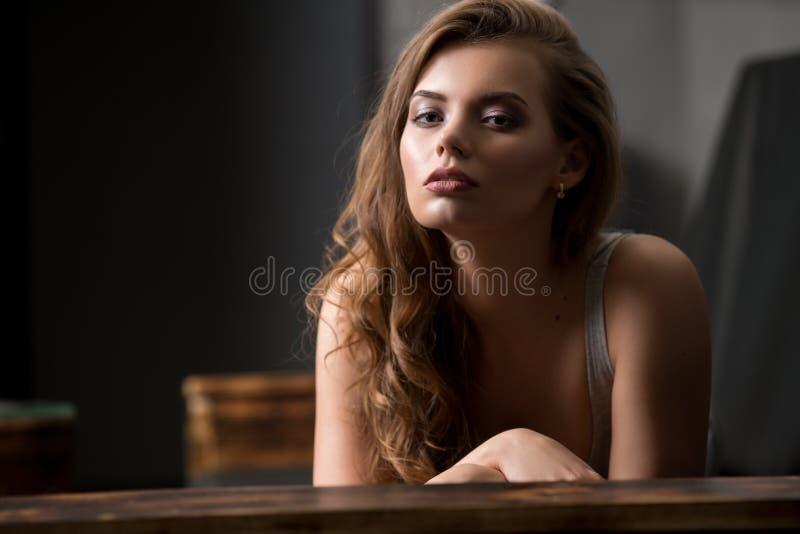 Sexig flicka på soffastudioståenden arkivbilder