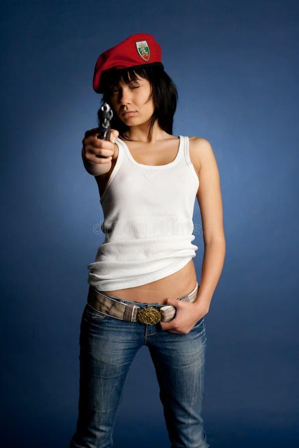 Sexig flickawhit ett vapen en röd baret arkivbilder
