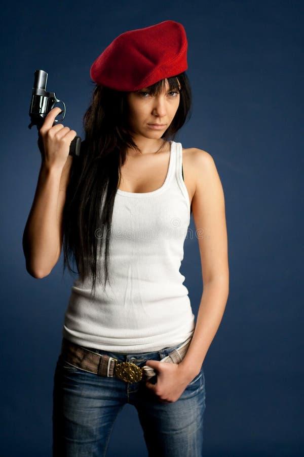Sexig flickawhit ett vapen en röd baret royaltyfria foton