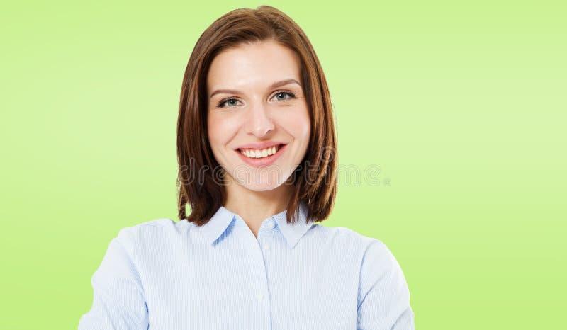Sexig gullig brunettkvinna på grön bakgrund, kopieringsutrymme royaltyfri foto