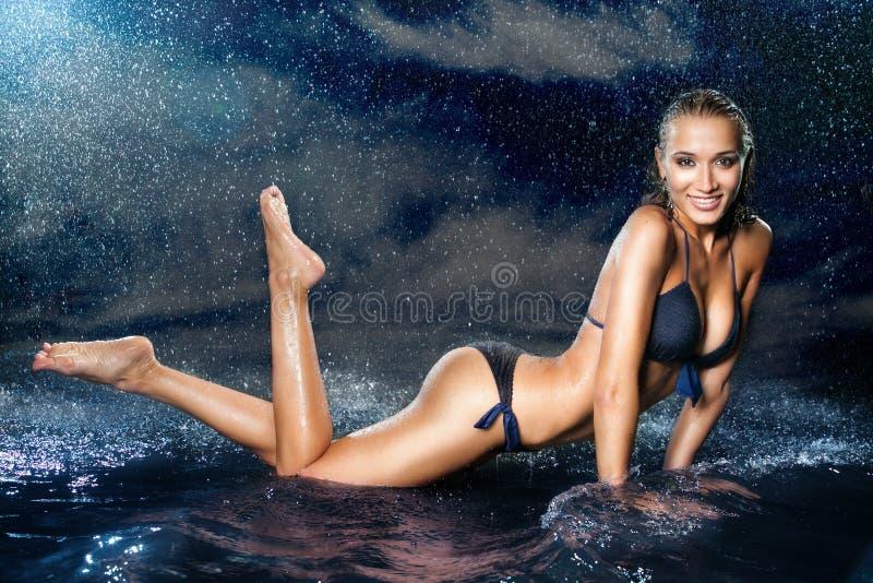 Sexig härlig flicka i vattnet royaltyfria foton