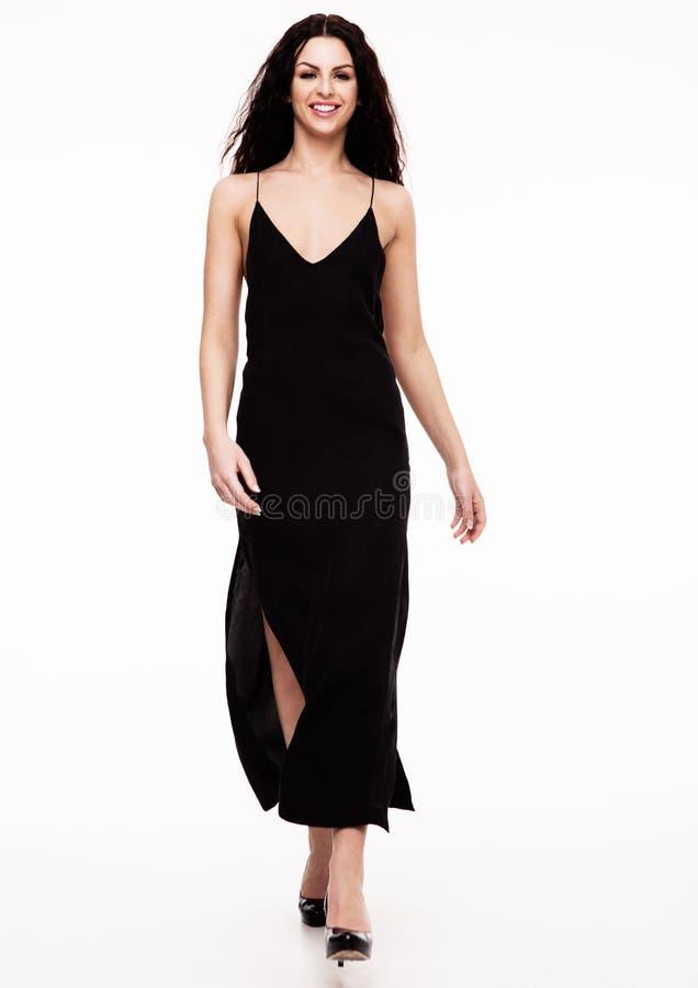 Sexig härlig modemodell som bär den svarta klänningen arkivbild