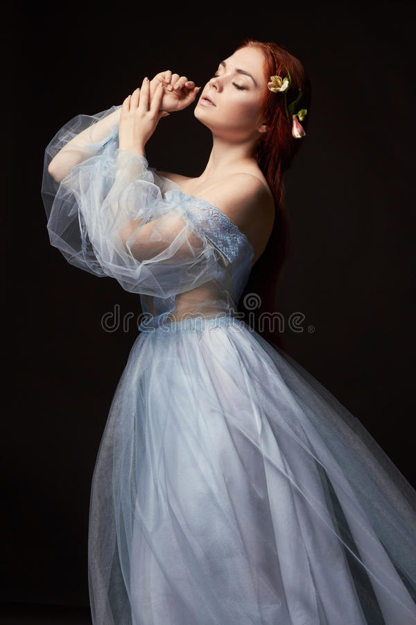 Sexig härlig rödhårig manflicka med långt hår i retro klänningbomull svart ståendekvinna för bakgrund djupa ögon naturlig skönhet royaltyfria foton