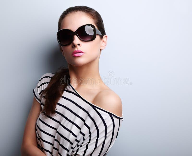 Sexig härlig ung kvinna i att posera och loo för modesolexponeringsglas royaltyfria foton