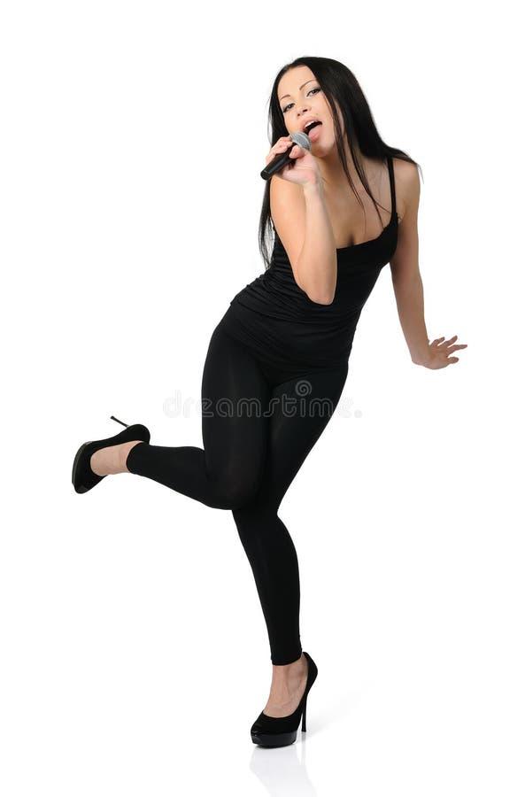 Sexig härlig ung kvinna som sjunger i mikrofon arkivbild