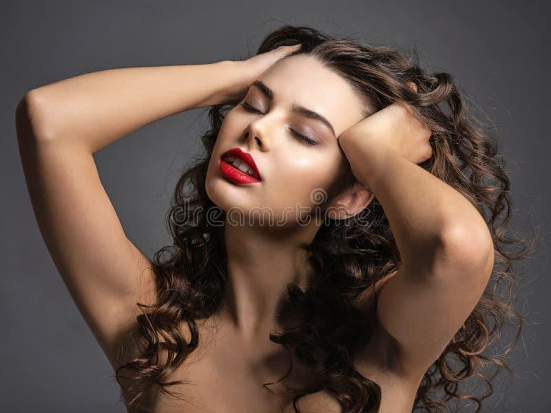 Sexig h?rlig kvinna med en r?d l?ppstift fotografering för bildbyråer