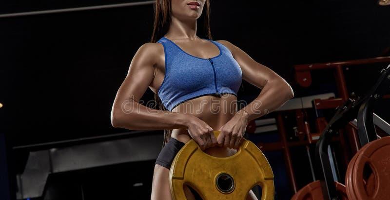 Sexig idrotts- flicka som utarbetar i idrottshall arkivfoton