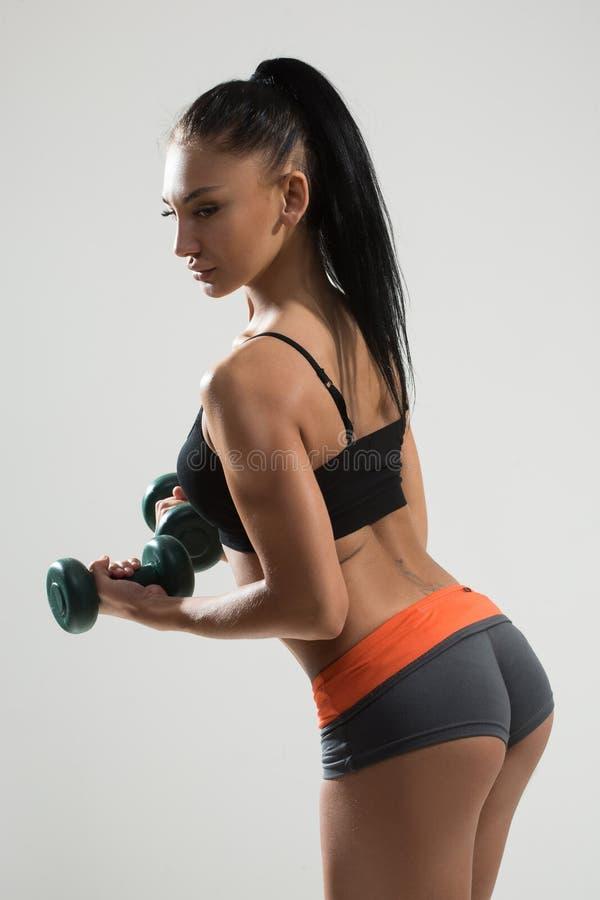 Sexig idrotts- kvinna med långt hår som utarbetar royaltyfri foto