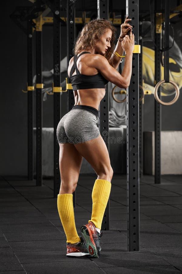 Sexig konditionkvinna i idrottshall Sportig muskulös flicka, genomkörare arkivbild