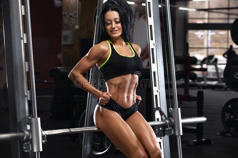 Sexig konditionkvinna som visar abs och den plana buken H?rlig muskul?s flicka, format buk- arkivfoto