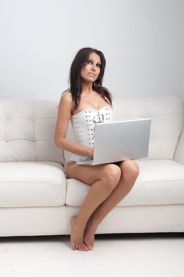 sexig kvinna för bärbar dator fotografering för bildbyråer