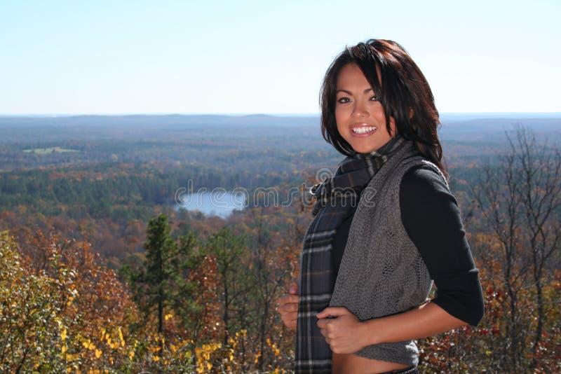 sexig kvinna för fallmode utomhus arkivbild