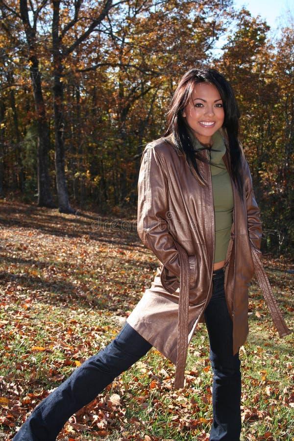 sexig kvinna för fallmode utomhus royaltyfri fotografi