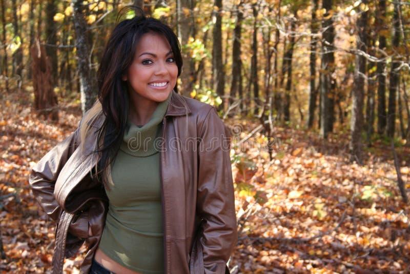 sexig kvinna för fallmode utomhus fotografering för bildbyråer
