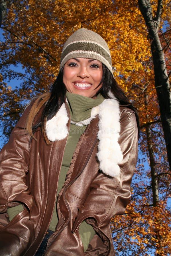 sexig kvinna för fallmode utomhus arkivfoto