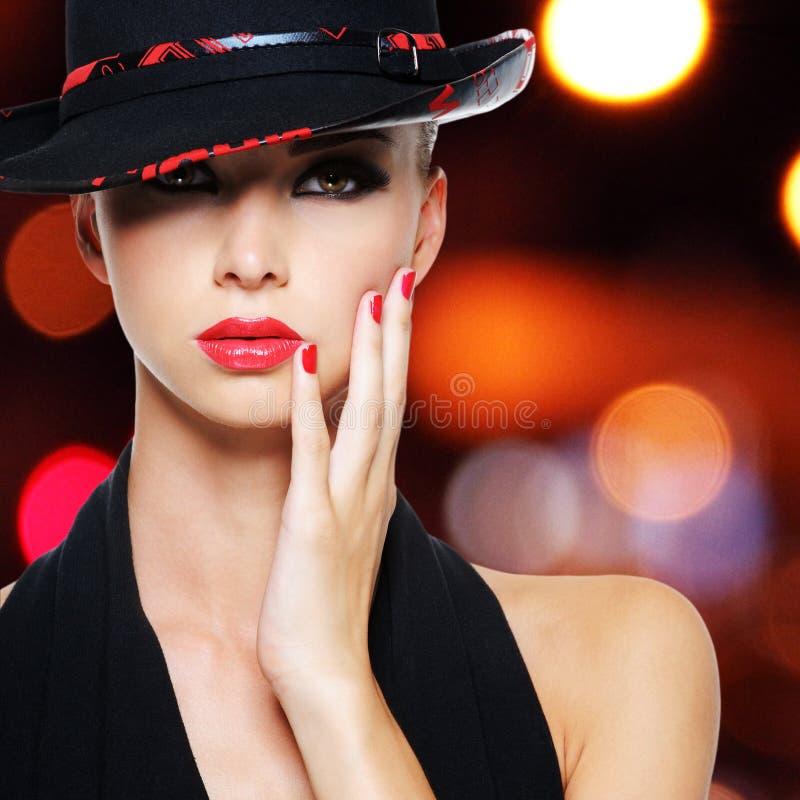 Sexig kvinna för glamour med sexiga härliga röda kanter royaltyfri bild