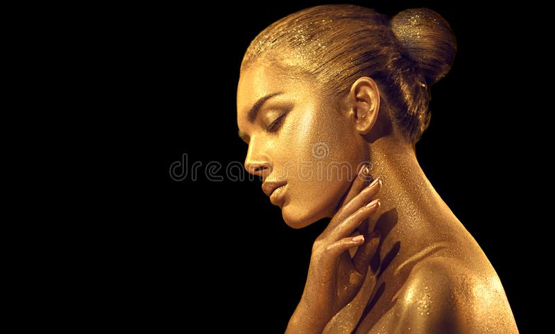 Sexig kvinna för skönhet med guld- hud Closeup f?r modekonstst?ende Modellera flickan med skinande guld- yrkesmässig makeup fotografering för bildbyråer