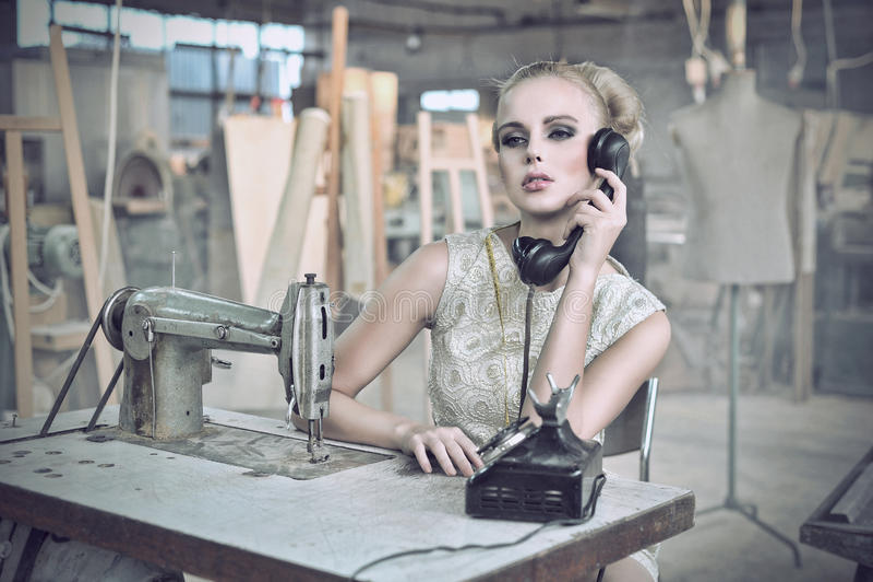 sexig kvinna för telefon arkivfoton