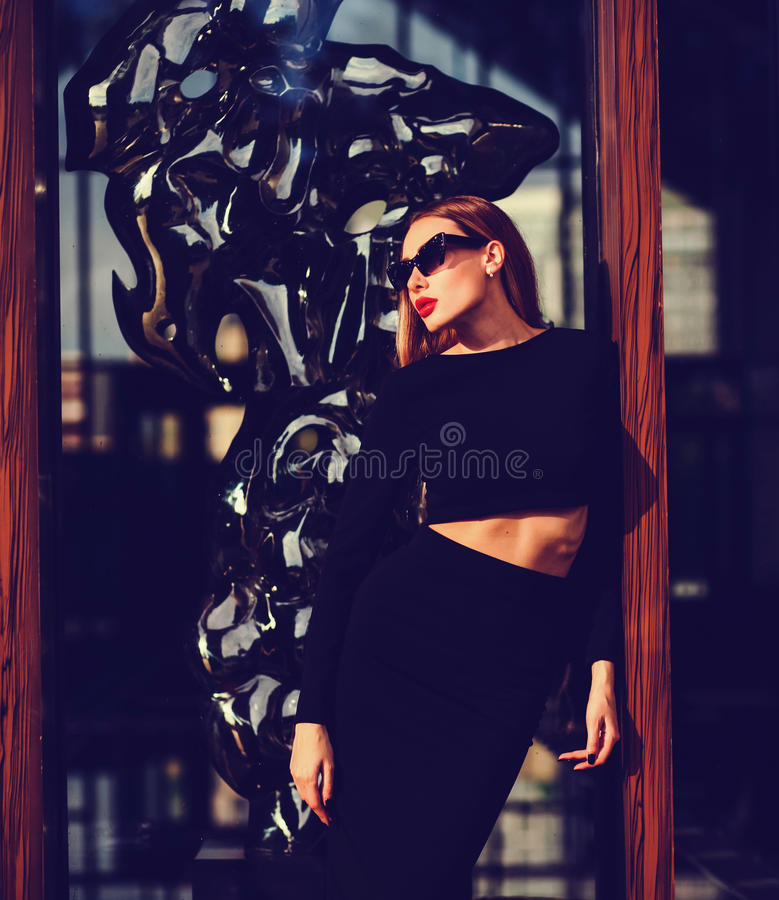 Sexig kvinna, i att posera för klänning royaltyfri fotografi