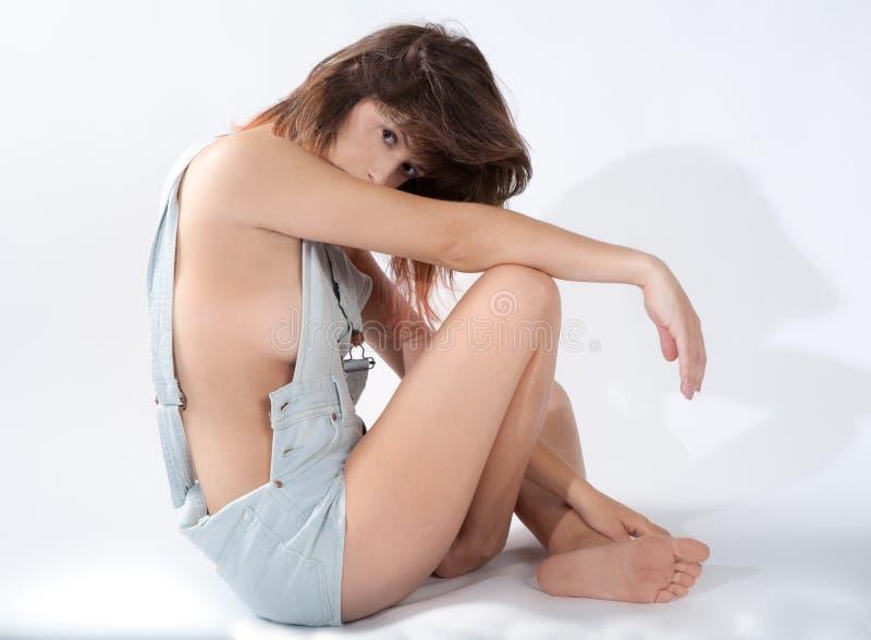 Sexig kvinna i overaller arkivbild