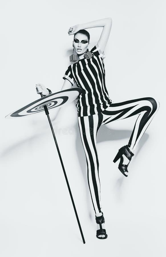 Sexig kvinna i randig damasker och gjord randig överkant royaltyfri fotografi