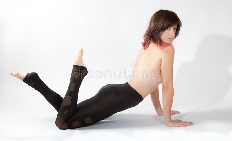 Sexig kvinna i skinande damasker arkivfoton