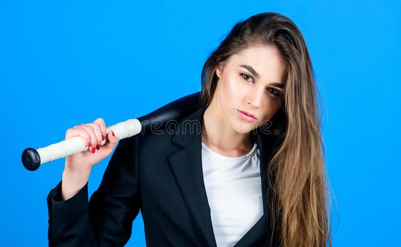 Sexig kvinna med baseballslagträet brottslig smutsig affär Sportig flickak?mpe Sportutrustning lyckad kvinna på blått arkivfoto