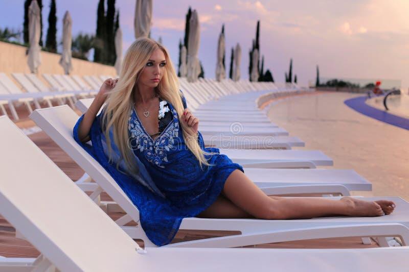 Sexig kvinna med blont hår i den eleganta bikinin som poserar nära luxurio fotografering för bildbyråer