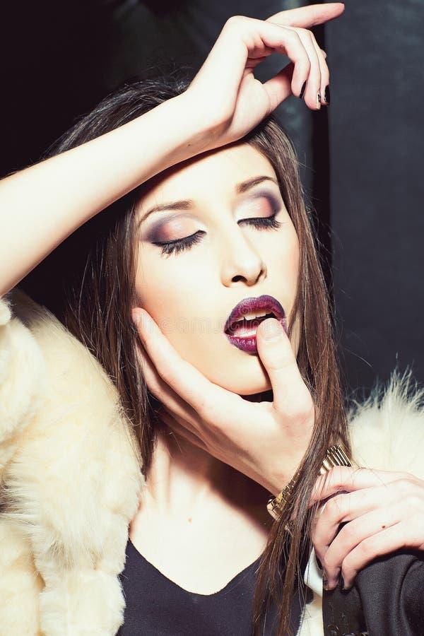 Sexig kvinna med det manliga fingret på röd kantläppstift Kvinna med glamourmakeup Skönhetflicka med sinnlig blick Mode royaltyfria foton