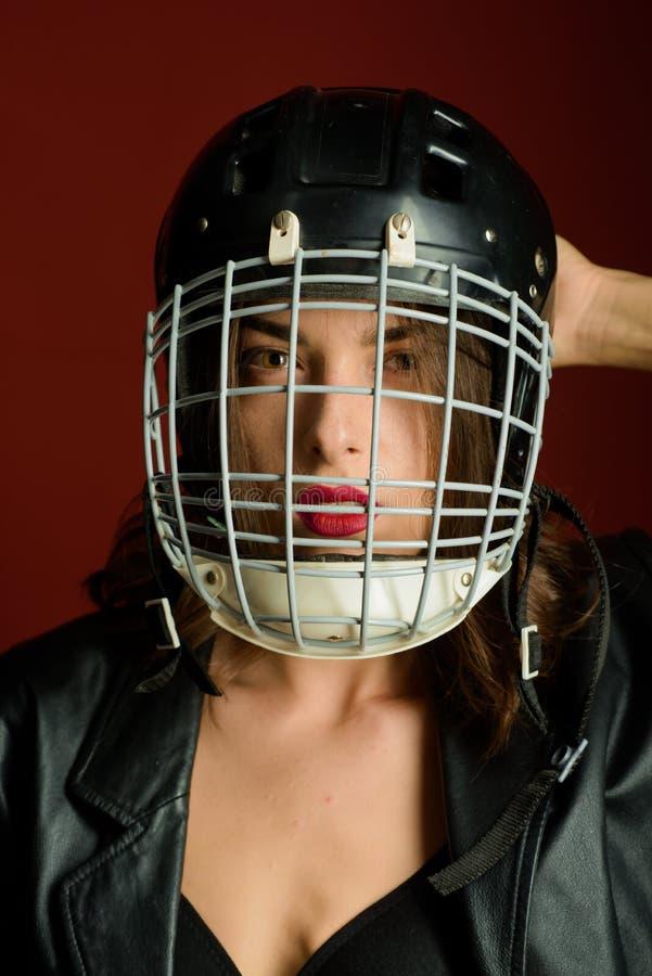 Sexig kvinna med hj?lmen f?r amerikansk fotboll S?kerhet och skydd E t royaltyfri fotografi
