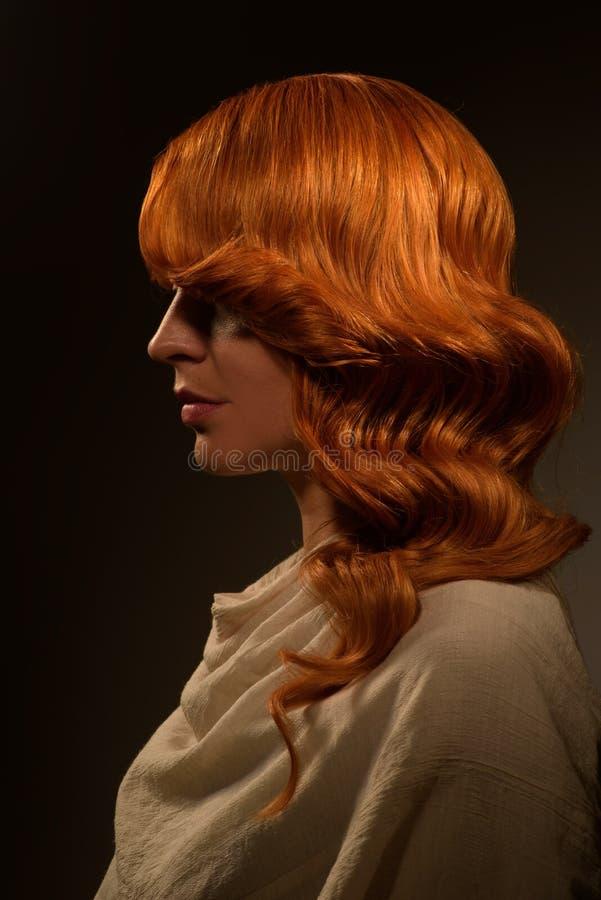 Sexig kvinna med rött lockigt hår arkivfoton