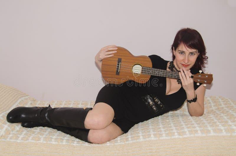 Sexig kvinna med ukulelet arkivfoton