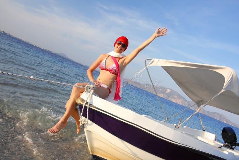 Sexig kvinna på fartyget under sommar arkivfoton